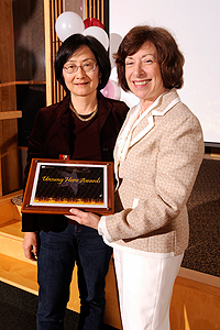 Huei-Chen Lao receives her award